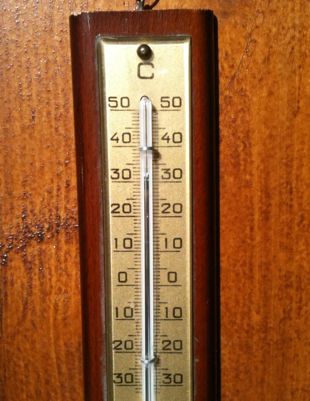 Lämpömittari hotellin terasilla